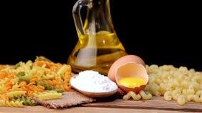 Italiaanse deegwaren, Italiaanse deegwareningrediënten, bloem, deegwarenassortiment van olijfolie in een fles, stilleven, kruiden stock video