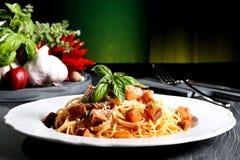 Italiaanse deegwaren met aubergine Stock Afbeeldingen