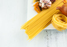 Italiaanse deegwaren met garlics en ui Stock Foto's