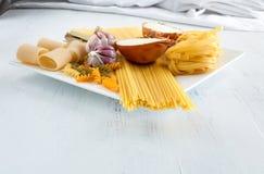 Italiaanse deegwaren met garlics en ui Stock Foto