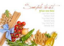Italiaanse Deegwaren met groenten en kruiden Stock Foto's