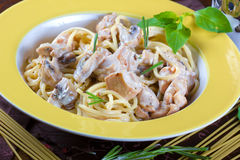 Italiaanse deegwaren met saus, rundvlees en paddestoelen Stock Foto's