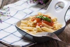 Italiaanse deegwaren met tomaat royalty-vrije stock fotografie