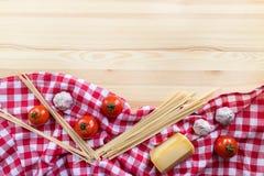 Italiaanse deegwareningrediënten op de houten lijst Stock Foto's