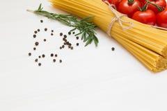 Italiaanse deegwareningrediënten op witte houten lijst, macro stock fotografie