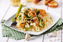 Italiaanse deegwarennoedels met geassorteerde groenten stock foto