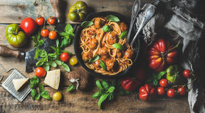 Italiaanse deegwarenspaghetti met tomatensaus en vleesballetjes stock fotografie