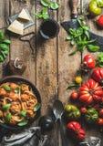 Italiaanse deegwarenspaghetti met tomatensaus en vleesballetjes stock foto's