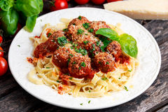 Italiaanse Deegwarenspaghetti met vleesballetjes in tomatensaus Royalty-vrije Stock Fotografie