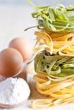 Italiaanse deegwarentagliatelli, bloem en eieren Royalty-vrije Stock Afbeelding