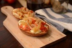 Italiaanse die bruschetta met de kaas origan aubergine van de tomatenmozarella onder olie tipic gastronomisch voedsel wordt geroo royalty-vrije stock fotografie