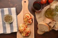 Italiaanse die bruschetta met de kaas origan aubergine van de tomatenmozarella onder olie tipic gastronomisch voedsel wordt geroo royalty-vrije stock afbeeldingen