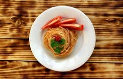 Italiaanse die deegwaren met tomaat en saus in een spiraal wordt gewerveld royalty-vrije stock afbeeldingen