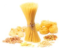 Italiaanse die macaroni op witte achtergrond wordt geïsoleerd. Royalty-vrije Stock Afbeeldingen