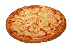 Italiaanse die pizza in de speciale oven van snel het koken met transportband wordt gebakken royalty-vrije stock fotografie