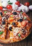 Italiaanse die pizza op houten tabletten wordt gediend Stock Foto