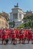 Italiaanse die Rood Kruistroepen met honden voor reddingsopdrachten worden opgeleid Royalty-vrije Stock Foto