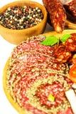 Italiaanse droge salami vastgeroest in grondzwarte peper Bacon en worst voor voedsel Traditioneel ongezond voedsel royalty-vrije stock foto's