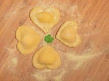 Italiaanse eigengemaakte ravioli in de vorm van klaver Stock Foto