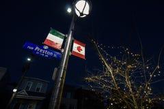 Italiaanse en Canadese vlaggen op vertoning op de Straat van Preston in Weinig Itali?, het Italiaanse district van Ottawa royalty-vrije stock foto