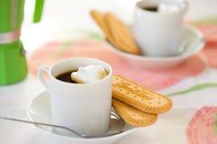 Italiaanse Espresso en Koekjes voor Twee Royalty-vrije Stock Foto's