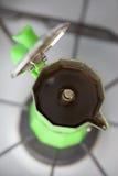 Italiaanse Espressomaker bovenop Fornuis met Open Deksel Royalty-vrije Stock Afbeeldingen