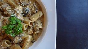 Italiaanse fettuchini met parmezaanse kaassaus op kom, om het even welke soorten spaghetti royalty-vrije stock foto