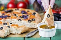 Italiaanse focaccia met tomaten, zwart olijven en basilicum royalty-vrije stock foto's