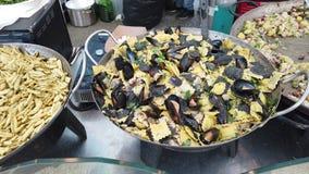 Italiaanse gastronomie met diverse die types van deegwaren met zeevruchten en vissen worden bedekt stock videobeelden