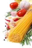 Italiaanse geïsoleerde deegwaren, kruiden, tomaten en kruiden, Stock Fotografie