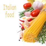 Italiaanse geïsoleerde deegwarenspaghetti, kruiden, tomaten en kruiden, Royalty-vrije Stock Afbeelding