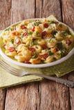 Italiaanse gekleurde tortellini met parmezaanse kaas en gesneden worsten CLO Stock Foto's