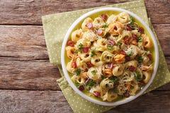 Italiaanse gekleurde tortellini met parmezaanse kaas en gesneden worsten CLO Stock Foto
