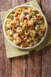 Italiaanse gekleurde tortellini met parmezaanse kaas en gesneden worsten CLO Royalty-vrije Stock Fotografie