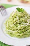 Italiaanse groene deegwarenspaghetti met pesto groene erwten, munt Stock Fotografie