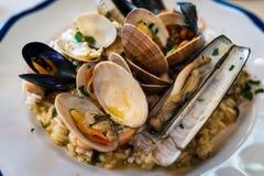 Italiaanse heerlijke zeevruchtenrisotto, rijst met divers van mosselen Stock Afbeelding