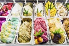 Italiaanse het roomijsvertoning van gelatogelatto in winkel Stock Fotografie