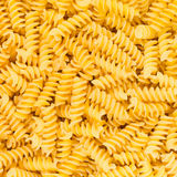 Italiaanse het voedsel van de Deegwaren van de Macaroni Fusilli, Rotini of Scroodle textuur als achtergrond Stock Fotografie