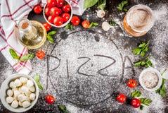 Italiaanse het voedselingrediënten van de deegwarenpizza stock afbeeldingen