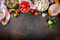 Italiaanse het voedselingrediënten van de deegwarenpizza stock foto's