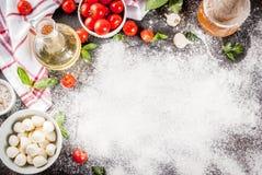 Italiaanse het voedselingrediënten van de deegwarenpizza royalty-vrije stock foto's