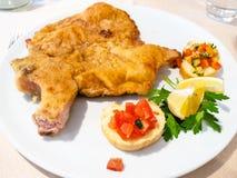 Italiaanse keuken - Cotoletta-alla Milanese dichte omhooggaand stock afbeelding