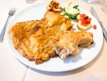 Italiaanse keuken - Cotoletta-alla Milanese op plaat stock afbeeldingen