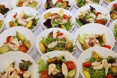 Italiaanse keuken salade met tomaten, aardappelhuiden, olijven, zeevruchten en kip Stock Fotografie
