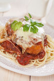 Italiaanse kippenparmezaanse kaas met spaghettideegwaren Stock Afbeelding