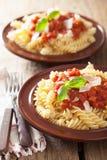 Italiaanse klassieke deegwarenfusilli met tomatensaus en basilicum Stock Foto's