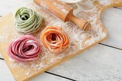 Italiaanse kleurendeegwaren en deegrol Stock Afbeelding