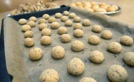 Italiaanse koekjes op schotels die in de keuken worden gekookt Stock Foto's