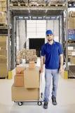 Italiaanse koerier met dozen in het pakhuis stock fotografie