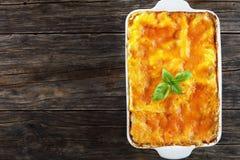 Italiaanse lasagna's gelaagd met deegwarenbladen stock foto
